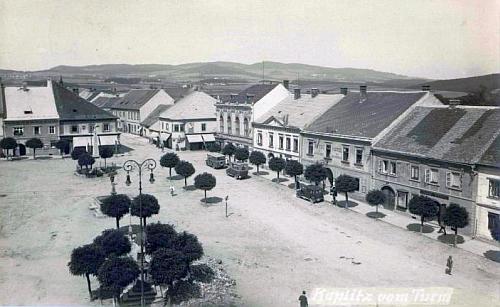 Snímek kaplického náměstí z věže zachycuje na staré pohlednici dům čp. 43 (hotel Zlatý kříž) druhý zprava