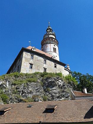 Věž nad krumlovskými střechami