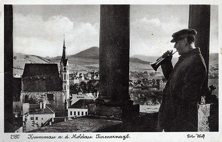 Jiný záběr krumlovského věžného na pohlednici firmy Wolf z časů druhé světové války