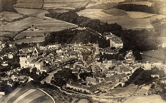 Město ve veškeré kráse na starém leteckém snímku...