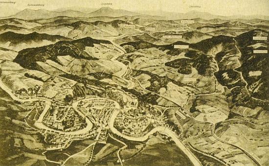 ... a na staré panoramatické pohlednici i se svým širším okolím