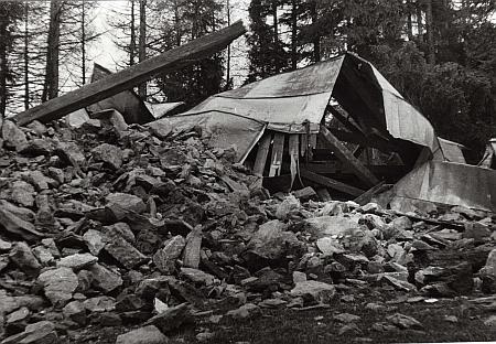 ... poslední snímek ještě stojící kaple z roku 1965 už se shozenou špicí věže