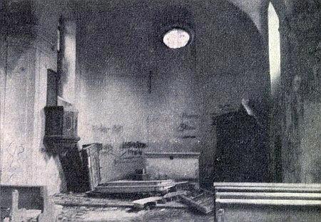 """... snímek vnitřku hořické """"kaple na vrchu"""" z května 1964, než zanikla později zcela..."""