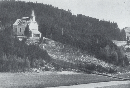 Hořická kaple na vrchu Randlesberk s vymýcenou strání pod sebou...