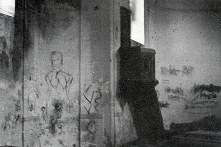 ... jiný snímek spouště v kapli před jejím úplným zničením...