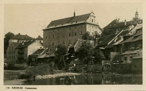 Gymnázium sídlilo v budově někdejšího jezuitského semináře, zde zachycené na pohlednici Josefa Wolfa