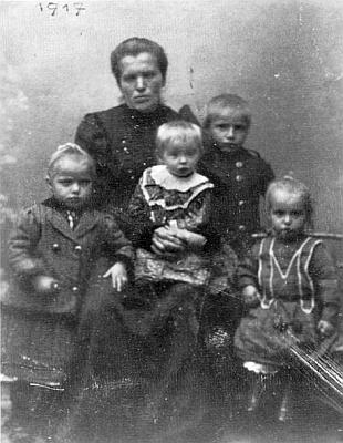 Jeho maminka se čtyřmi svými dětmi: Anton stojí hned vedle ní
