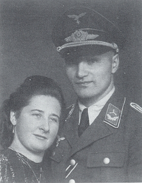 V letecké uniformě s manželkou Annou