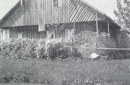 """Stavení čp. 40, zvané """"Johandl-Haus"""" - jaká to vlajka asi na něm visí?"""