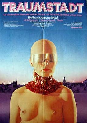 """Plakát (1973) k filmu """"Traumstadt"""" (anglický název """"Dream City""""), natočenému podle Kubinova """"Die andere Seite"""" v Českém Krumlově, jak ostatně prozrazuje silueta města v pozadí"""