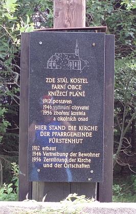 Takto vypadá místo, kde kostel v Knížecích Pláních stával, dnes(2010) - schwarzenberský erb byl po požáru v roce 1912 zavěšen nad vchodem do kostela