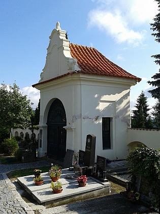 Obnovená hřbitovní kaple sv. Petra a Pavla na hřbitově ve Starých Prachaticích