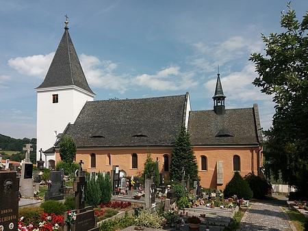 Hřbitovní kostel svatých apoštolů Petra a Pavla ve Starých Prachaticích na snímku z roku 2014
