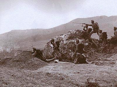 """""""Pětatřicátníci"""" z plzeňského pluku na skalce nad Prachaticemi, zvané dnes Žižkova, při cvičení r. 1900"""