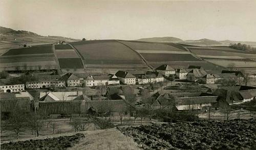 Bělá uprostřed obdělaných polí na pohlednici krumlovského fotografa Josefa Wolfa