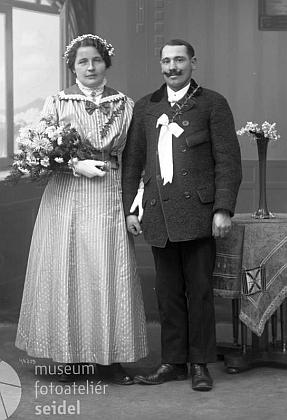 Její otec Kajetan Rembs a maminka Johanna, roz. Mochtyová, nasvatebnífotografii z ateliéru Seidel sdatem 20. listopadu 1917