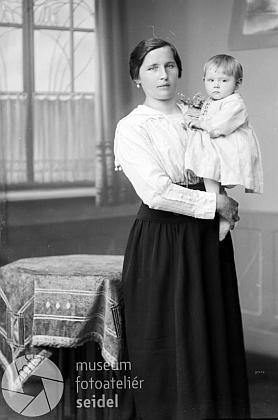 """Maminka Johanna s ní v náručí na snímku fotoateliéru Seidel s datem 5. června 1921 na adresu """"Parkfried 14"""""""