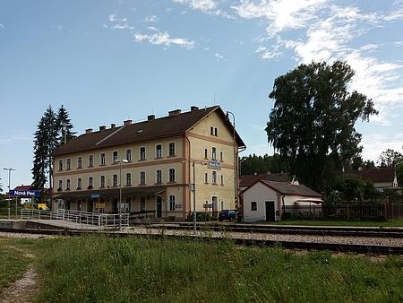 Někdejší nádraží Želnava, dnes Nová Pec, častokrát zmiňované vjejích vzpomínkách