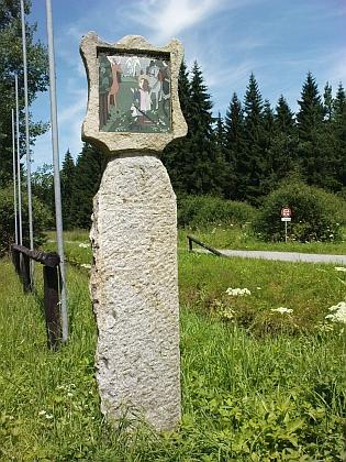 U zaniklé osady Růžový Vrch prochází Schwarzenberský kanál hlavním evropským rozvodím - místu se dnes říká U Korandy podle hajného, který byl posledním obyvatelem osady a najdeme tu tato boží muka sobrázkem sv.Huberta