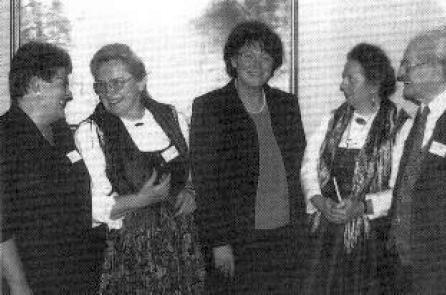 """Na snímku ze """"16. Bavorského nářečního dne"""" v Deggendorfu stojí prvý zprava, druhá zleva je tu zachycená Olga Hartmetz-Sagerová"""