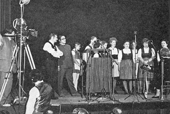 """Stojí tu na podiu """"nářečního"""" sněmování v Deggendorfu roku 1972 jako jeho organizátor vedle Adalberta Pongratze, který konferoval"""