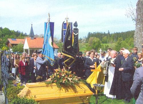 Jeho pohřeb na horském hřbitově v Greisingu koncem dubna 2009