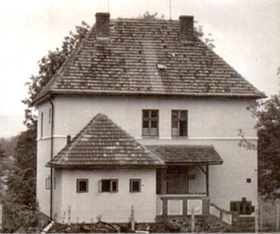Škola v Křišťanovicích, kde také učil její otec, později patřící Diagnostickému ústavu v Českých Budějovicích, na snímku z roku 1962