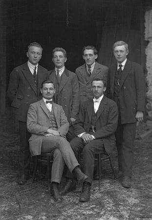 Alois Kuchler s učitelskými kolegy ze školy v Cudrovicích naSeidelově snímku,     datovaném 1. února roku 1925