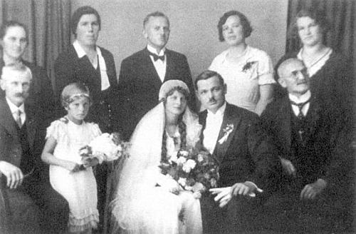 Svatba Marie Multererové a Aloise Kuchlera v Nýrsku roku 1933 - vpravo vedle ženicha sedí učitel Leitermann, otec Franze Leitermanna