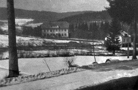 Otec učil i na škole v Hamrech - snímek z roku 1956 zachycuje budovu v době, kdy sloužila rotě Pohraniční stráže