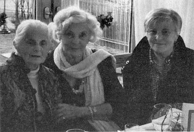 Stoletá Maria Kuchlerová je tu zachycena první zleva se sestrou Hildegard, provd. Braunovou, zcela napravo pak sedí dcera Gerlinde Franziska, o dva roky starší než Heidrun