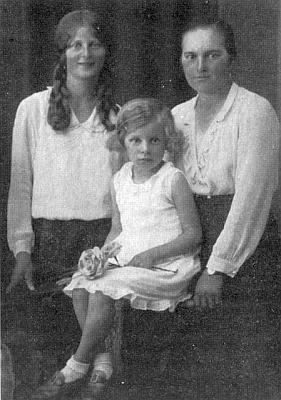 Snímek z rodinného alba: Maria Multererová v dívčích letech stojící vlevo