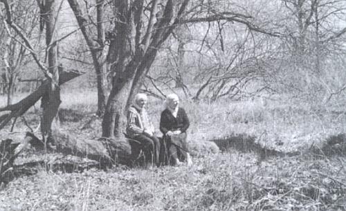 """Marie (ve věku 99 let) a Heidrun Kuchlerovy na místě, kde kdysi stával """"Weberbauernhof"""""""