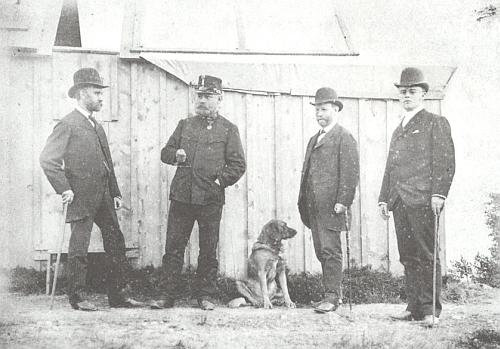 Na snímku sourozenců Daublebských ze Sternecku , pořízeném v roce 1889, stojí Jakub zcela napravo
