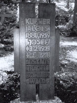 Hrob na lesním hřbitově ve Stuttgartu (už podle písma se dá poznat, že náhrobek navrhl Otto Herbert Hajek) kryje otce isyna Kufnerovy