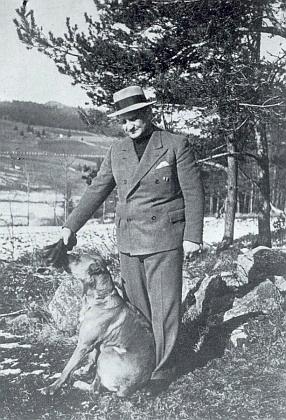 Kilian Nowotny se svým psem Alíkem někdy ve třicátých letech minulého století
