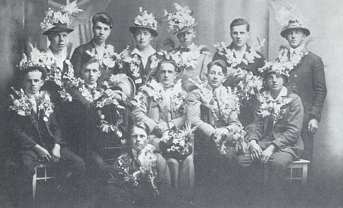 """""""Král Šumavy"""" Kilian Nowotny zde sedící uprostřed rakouských rekrutů zroku 1905"""