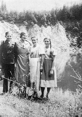 Se sestrou Hildou, později provdanou Hajekovou, a ještě dvěma děvčaty nad jezírkem U kyzu