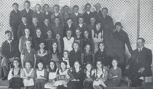 S panem řídícím Strunzem, který sedí vpravo dole, je tu Josef Kufner zachycen pohromadě se spolužáky z 5. třídy školy v Nových Hutích počátkem třicátých let minulého století stojící nahoře prvý zleva