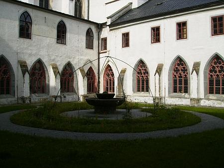 Rajský dvůr vyšebrodského kláštera a hřbitovní kaple sv. Anny