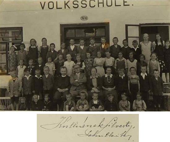 S žáky na snímku z roku 1935 ze školní kroniky Dolního Markschlagu - vedle něj sedí farář Jan Unger