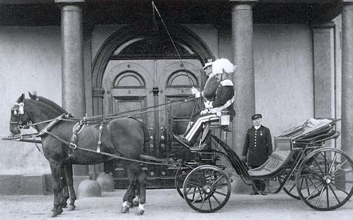 Kočár připravený před nalžovským zámkem pro rodinu Taaffe na snímku z doby kolem roku 1900 z archivu Pety Taaffe