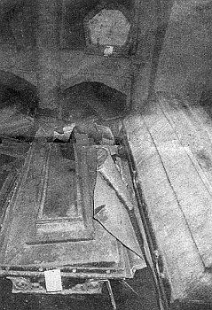 Dnes zdevastovaná hrobka Taaffeů pod kaplí sv. Antonína v Hradešicích u Nalžovských Hor