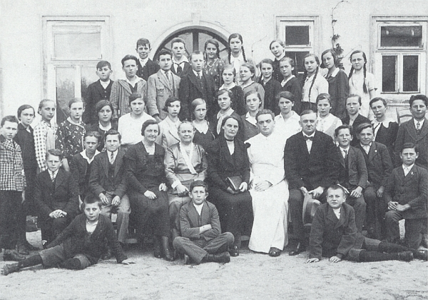 Na těchto snímcích z roku 1931 a 1933 sedí mezi členy učitelského sboru obecné školy ve Frymburku zcela napravo