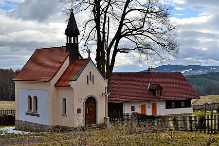 ... a dnes: kaple Svaté rodiny a jediné stojící stavění v Modlenicích dnes
