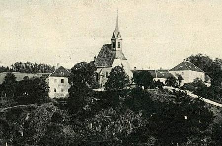 Škola (vlevo), kostel sv. Jana Křtitele a fara v Zátoni na staré pohlednici