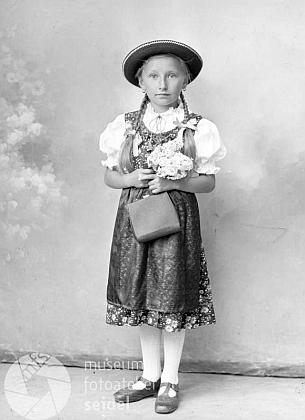 Devítiletá Marie Tomschi na snímku ze Seidelova fotoateliéru z června 1942