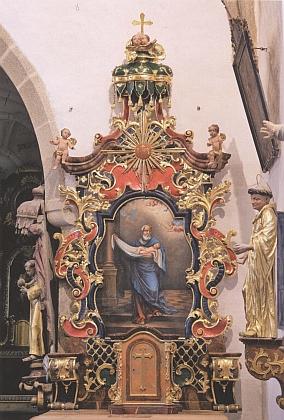 Nově restaurovaný boční oltář kostela v Zátoni s obrazem sv. Simeona, který poznal v novorozeném Ježíšovi Mesiáše