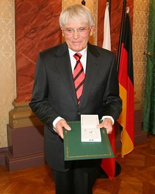 V září 2008 přebírá od předsedy vlády Svobodného státu Durynsko Řád za zásluhy