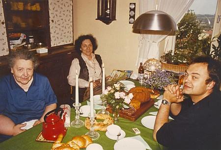 S matkou a se synem u jednoho stolu